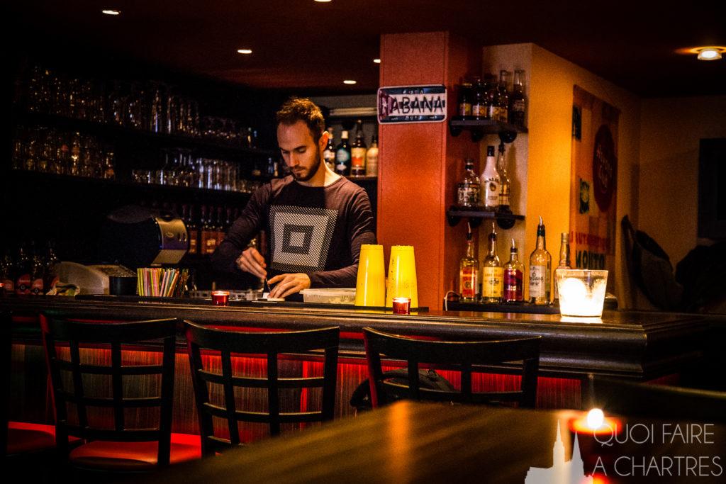 Barman du bar Cubana à Chartres